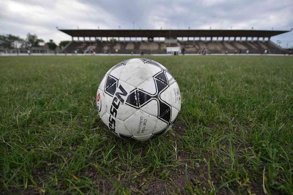 La pelota deberá esperar por lo menos dos semanas, en Ciudadela y en todos los estadios de la Liga. Crédito: Manuel Fabatía
