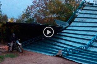 Video: el fuerte viento voló un techo del club Nuevo Horizonte