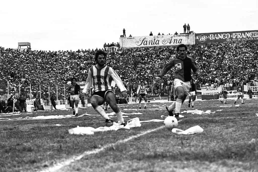 Dante Fernández en acción en la final contra Colón en 1989. Trullet fue el ayundante de campo del DT Zuccarelli en aquel equipo histórico. Crédito: Archivo