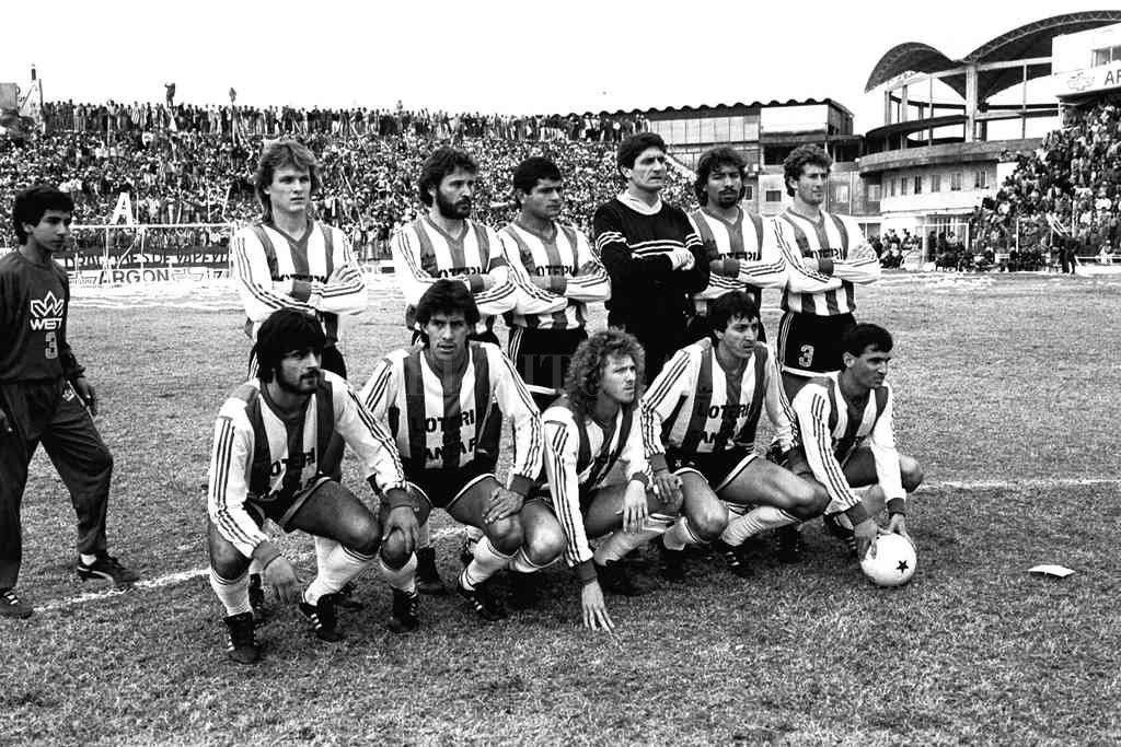 El equipo de Unión que le ganó a Colón y ascendió en 1989: abajo, en un extremo Dante Fernández y el otro, con la pelota, Leonardo Madelón. Crédito: Archivo