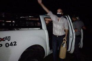 Está condenado por corrupción y lo recibieron con una caravana al llegar a su casa