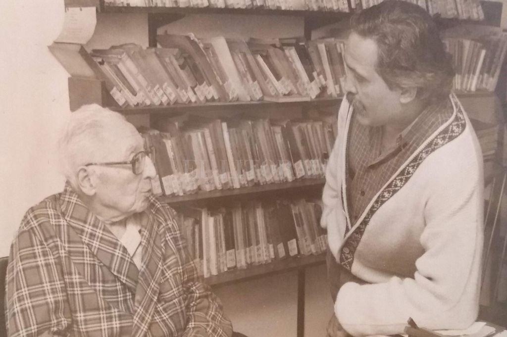 Luis Di Filippo y Rogelio Alaniz. La entrevista se realizó en un departamento de barrio sur cerca de 1990. Crédito: Archivo personal