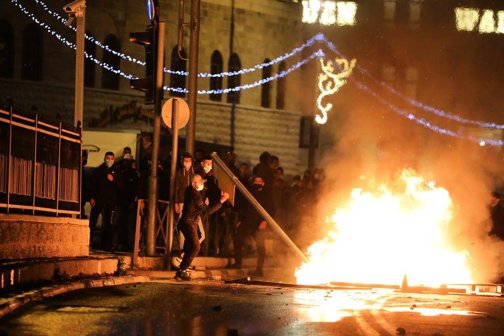 Decenas de heridos y detenidos tras fuertes enfrentamientos en Jerusalén