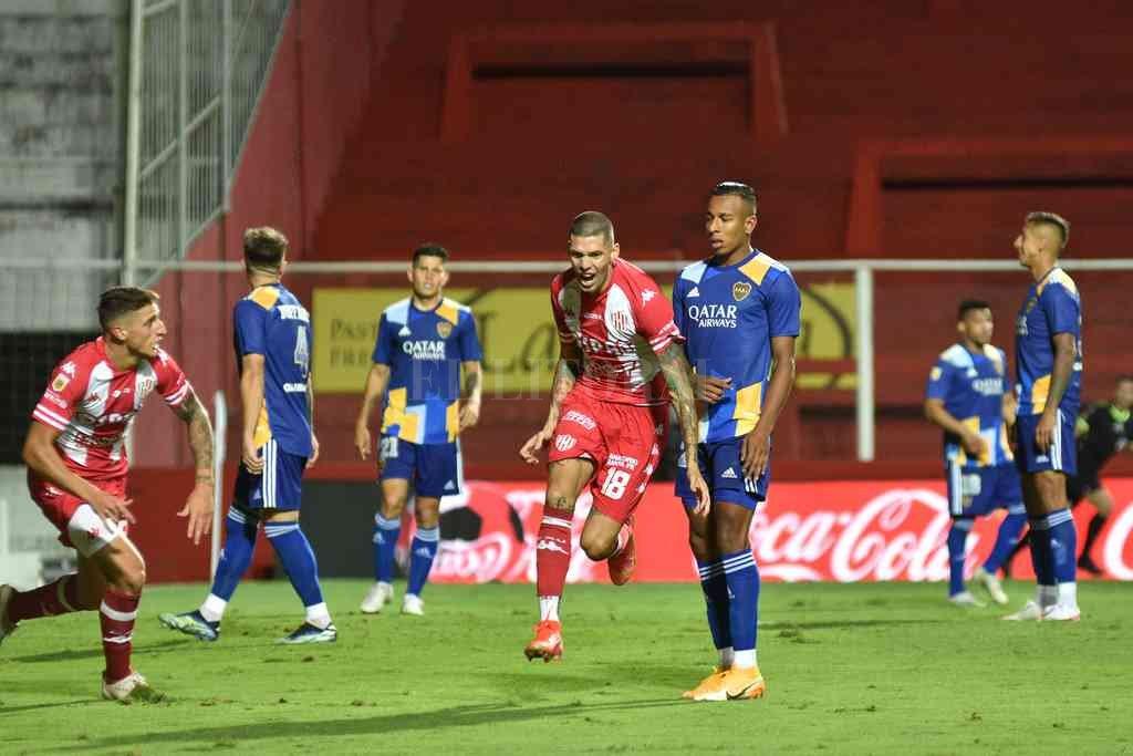 Peñailillo y Gastón González inician la alocada carrera del festejo en el gol ante Boca. Los dos fueron ratificados por el Vasco en una práctica plagada de sorpresas el miércoles pasado. Crédito: Pablo Aguirre