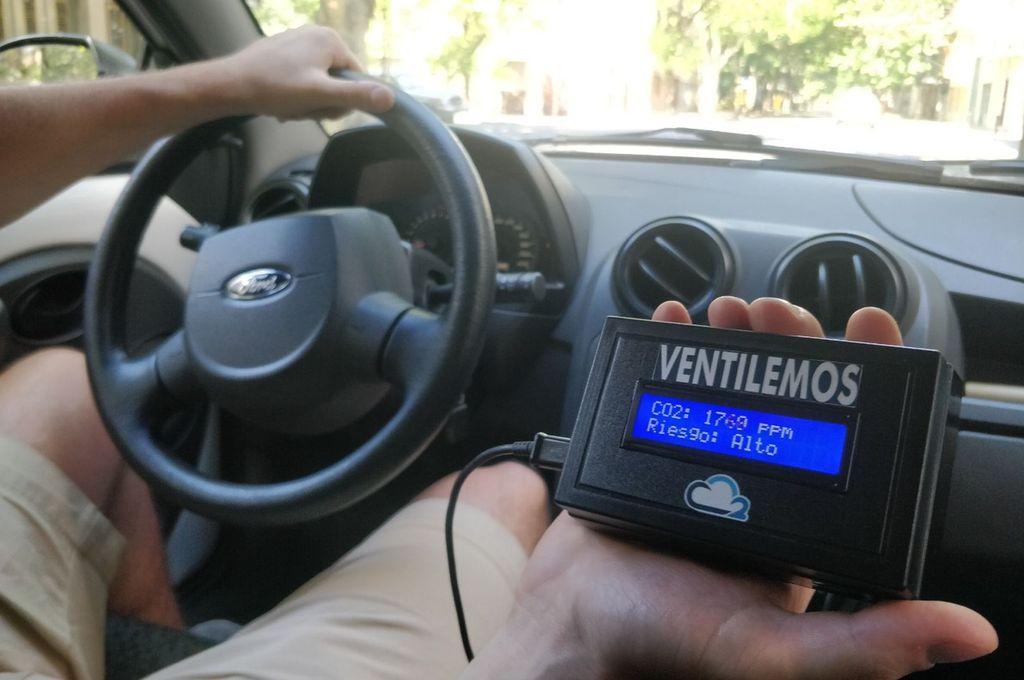 En el auto. El detector portátil de CO2 puede colocarse en un automóvil. En la simulación, el rango de presencia del gas es muy elevado: deben abrirse las ventanillas. Crédito: Gentileza Ventilemos