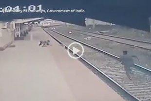 Video: niño cayó a las vías del tren y fue salvado de milagro