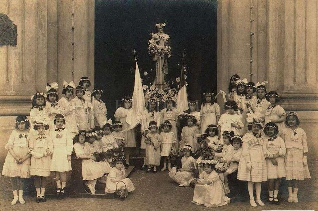 Procesión de Santa Rosa de Lima que parte desde el Convento de Santo Domingo en los primeros años del S XX. Crédito: Banco de Imágenes de Florian Paucke. Archivo General de la Provincia de Santa Fe.