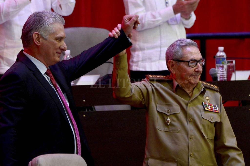 Raúl Castro levanta la mano del actual presidente de Cuba, Miguel Díaz-Canel. Crédito: Télam