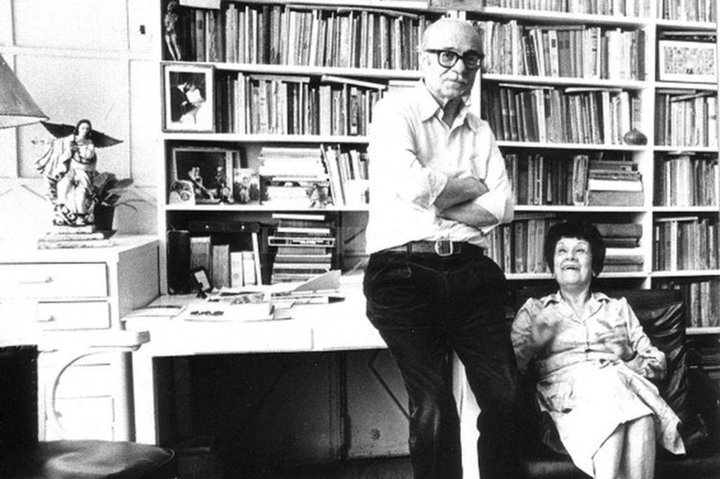 Ernesto Sábato y Matilde en su caóticamente ordenado estudio.  Crédito: Archivo