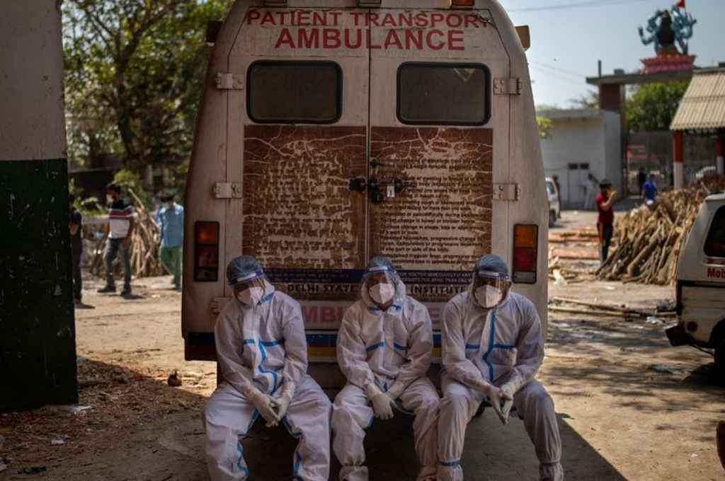 Trabajadores exhaustos en una ambulancia dentro de un crematorio en Nueva Delhi. Crédito: Gentileza