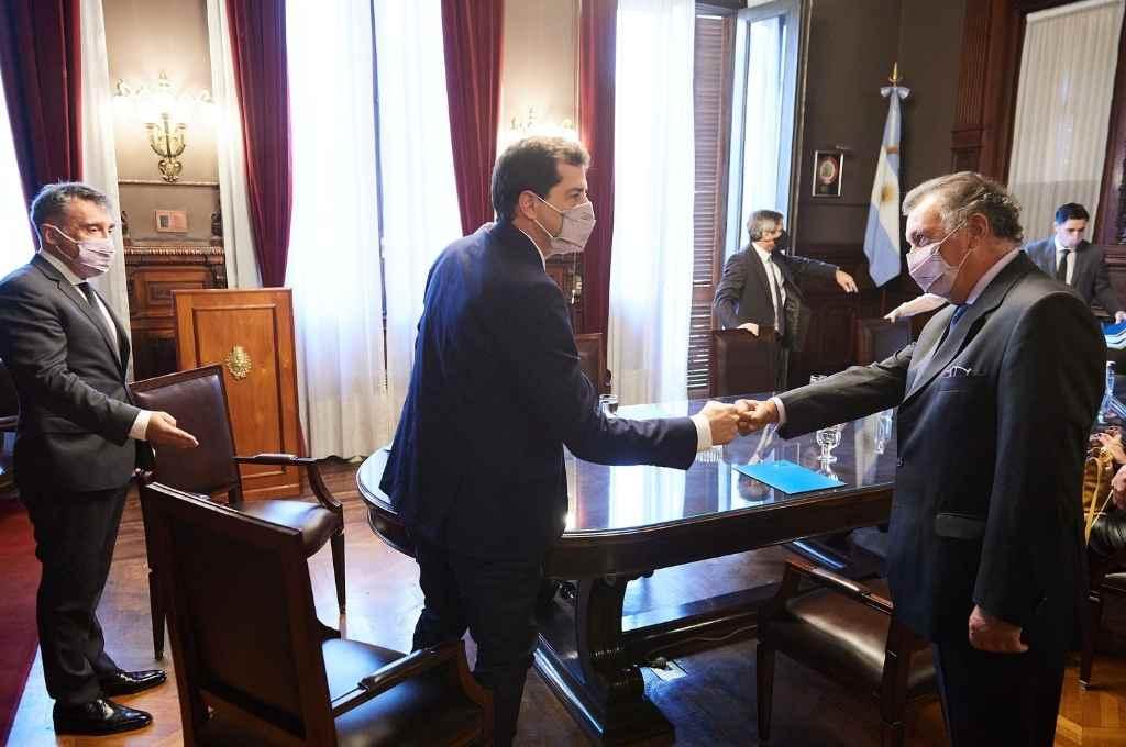 El ministro del Interior saluda a Corcuera en la visita a la Cámara Nacional Electoral.   Crédito: Gentileza