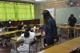 """Gremios docentes piden """"medidas urgentes"""" y """"conciencia social"""" para sostener las clases"""