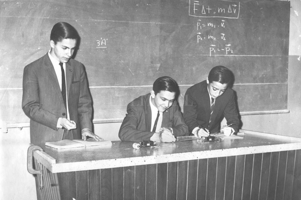 Alumnos de la Escuela Industrial Superior en el Taller de Física en la década del 60. Cinco o seis de los presente eran egresados de esa institución. Crédito: Archivo El Litoral