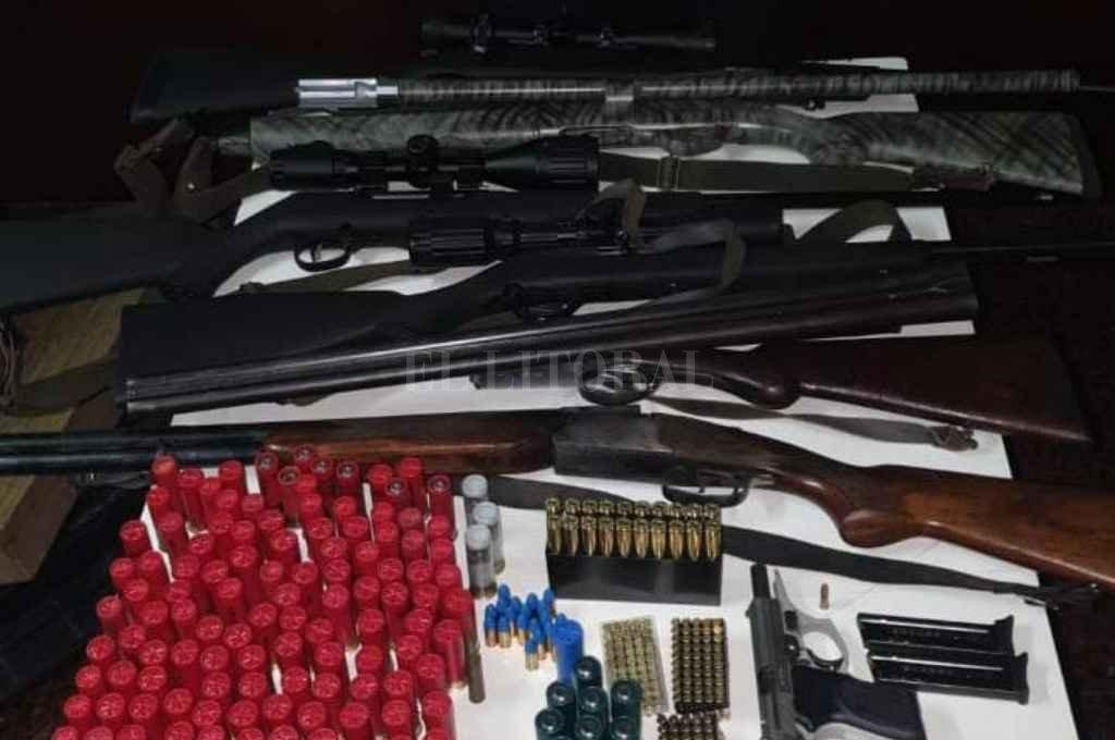 Siete armas de fuego y municiones de distintos calibres fueron incautados el martes, de la casa de los padres del imputado, en Barranquitas Este. Crédito: Prensa URI