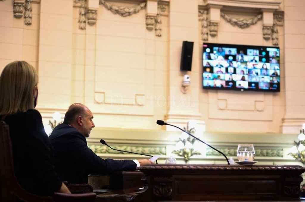 Desde las pantallas la mayoría de los legisladores seguirá el discurso de Omar Perotti, como ocurriera el año pasado.    Crédito: El Litoral