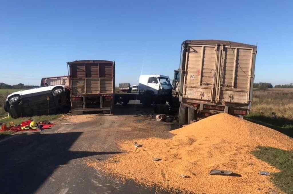 El choque se produjo entre dos camiones y una camioneta. Las víctimas viajaban en este último vehículo.   Crédito: Gentileza Sur 24