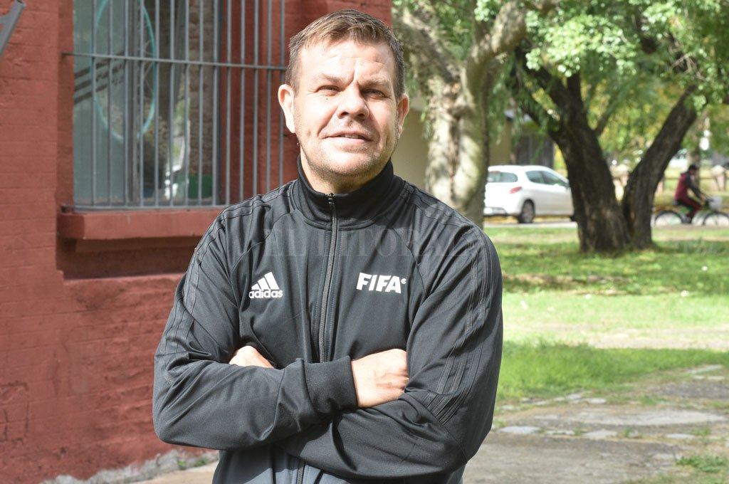 Gonzalo Rodríguez explicó cómo se adapta el arbitraje a las nuevas disposiciones del gobierno que obligaron a frenar el fútbol. Aunque no haya actividad los fines de semana, los entrenamientos continúan. Crédito: Guillermo Di Salvatore