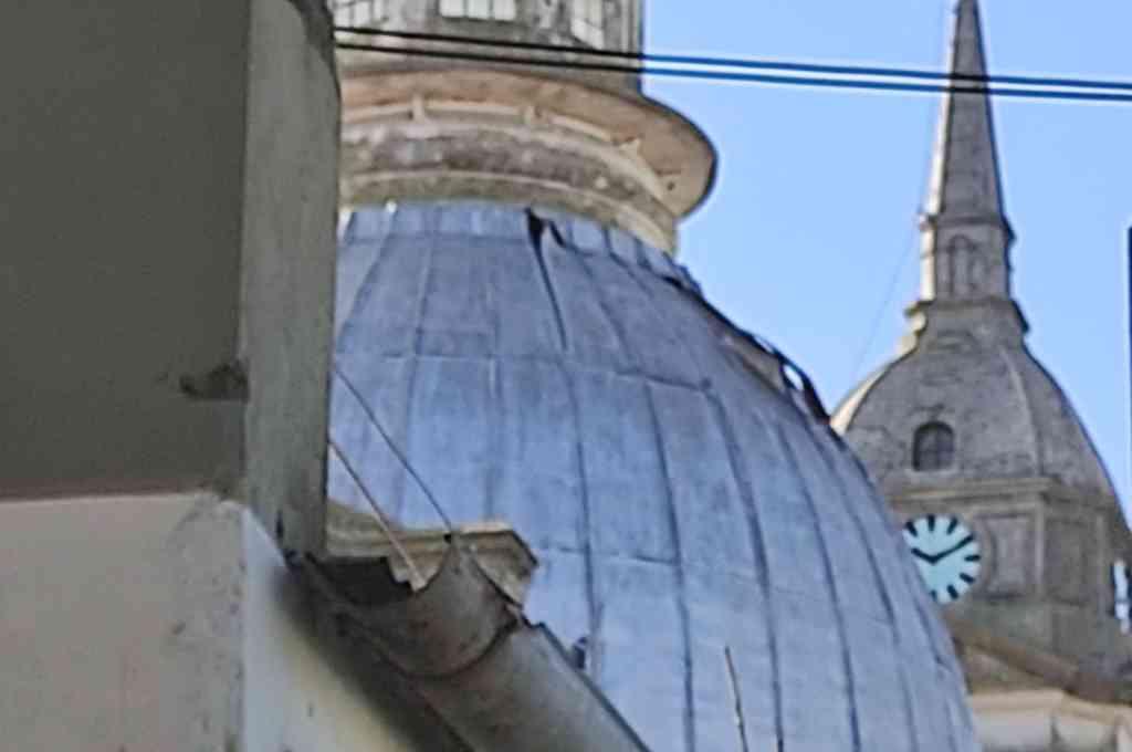 Chapa floja y desprendida de la cúpula del templo de la Inmaculada Concepción de Santo Tomé. Crédito: Gentileza