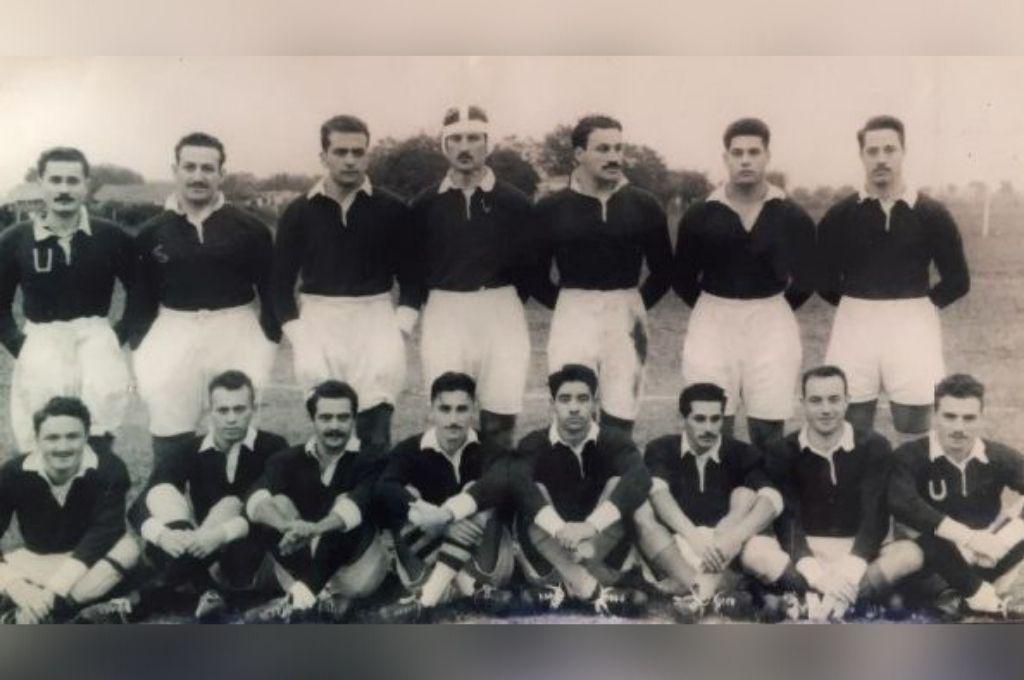 Una de las alineaciones iniciales del Club Universitario de Santa Fe, en los albores del rugby en nuestra zona. Ayala es que único con casco, en la fila superior de esta imagen. Crédito: Gentileza CUSF