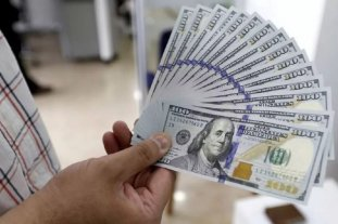 """El dólar oficial abre la semana estable y el """"blue"""" se vende a $ 153"""