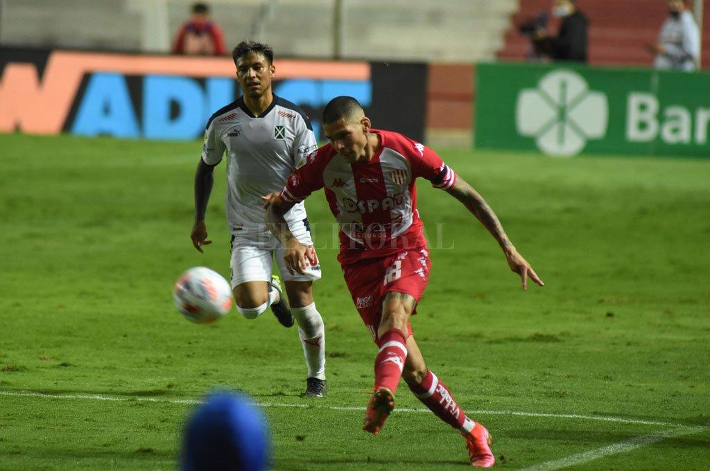El chileno Nicolás Peñailillo abre el pie para meter el centro, en una escena del partido ante Independiente. Su posición fue más interna, no tan abierto por el lateral, algo que quizás mantenga el domingo en Varela. Crédito: Mauricio Garin