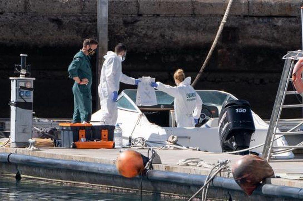 La Policía Científica analiza la embarcación propiedad del padre desaparecido en Tenerife   Crédito: EFE