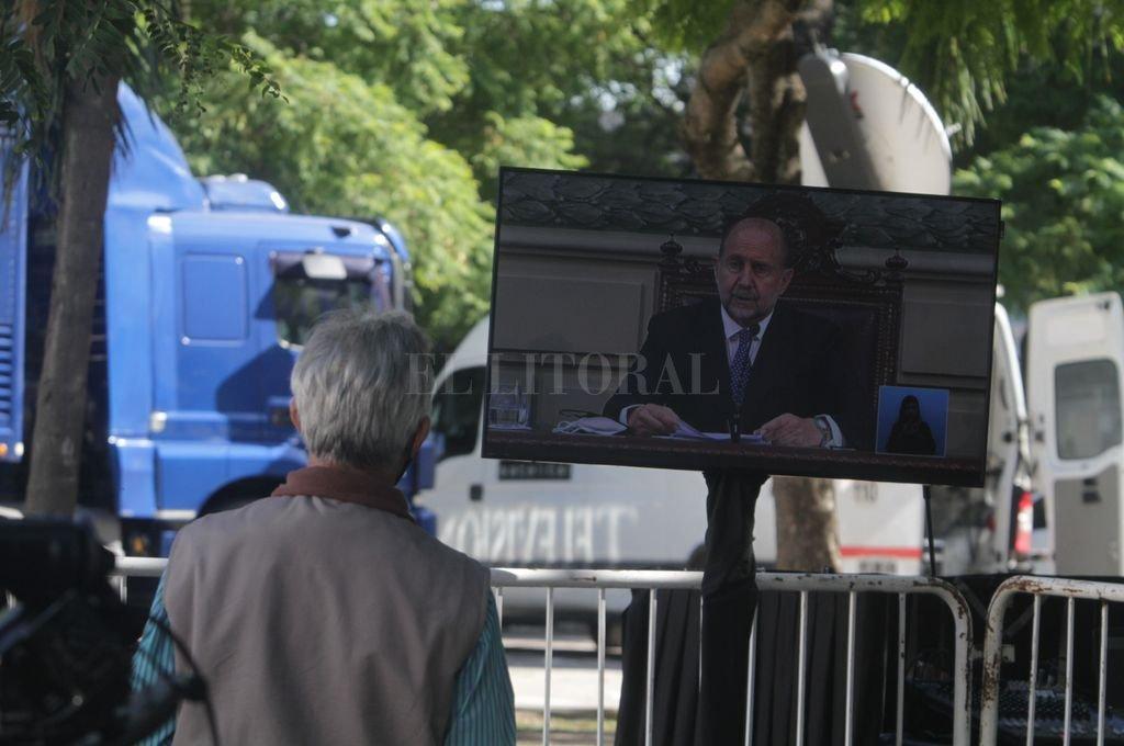 Desde afuera: el periodismo siguió la transmisión a través de los equipos montados por el gobierno en la plaza. Crédito: Mauricio Garín