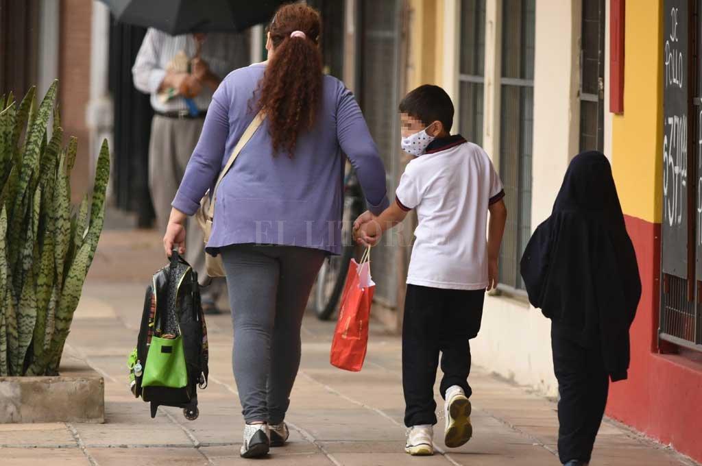 Aconsejan que los mayores de 6 años usen mascarilla en ámbitos donde se exija. Crédito: Mauricio Garín