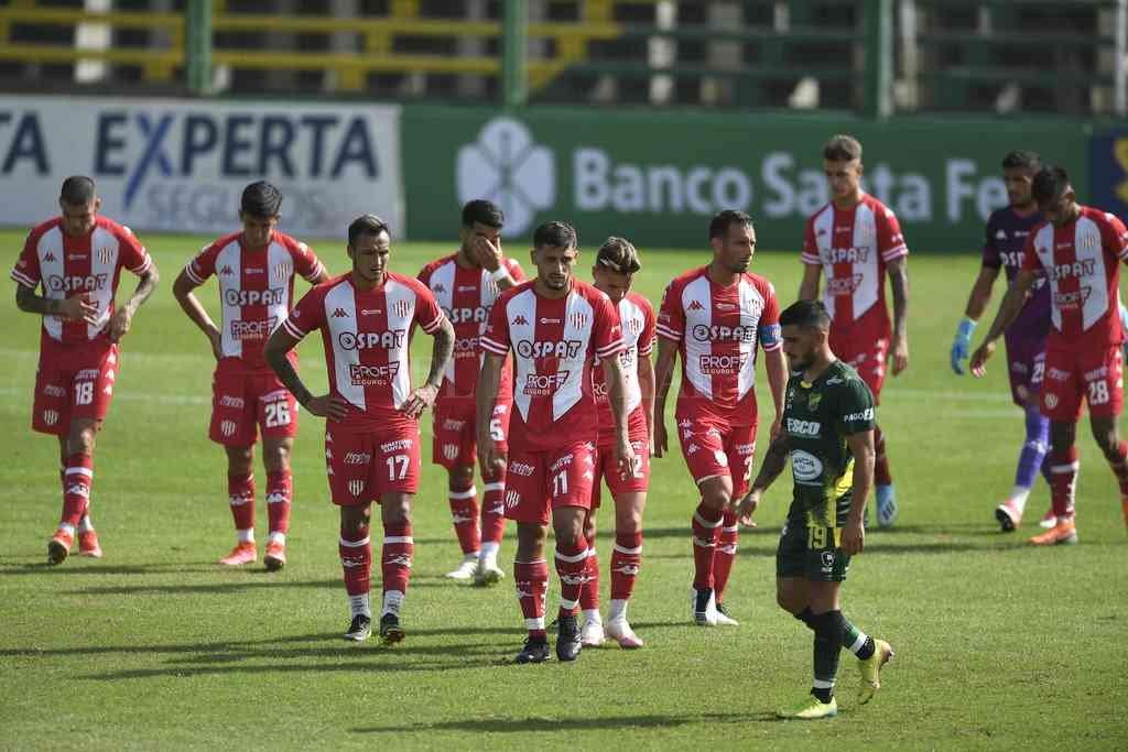 Brian Blasi (17) y el resto del equipo rojiblanco, durante el partido del domingo último, cuando debió salir por los primeros síntomas de Covid. Crédito: Ignacio Izaguirre