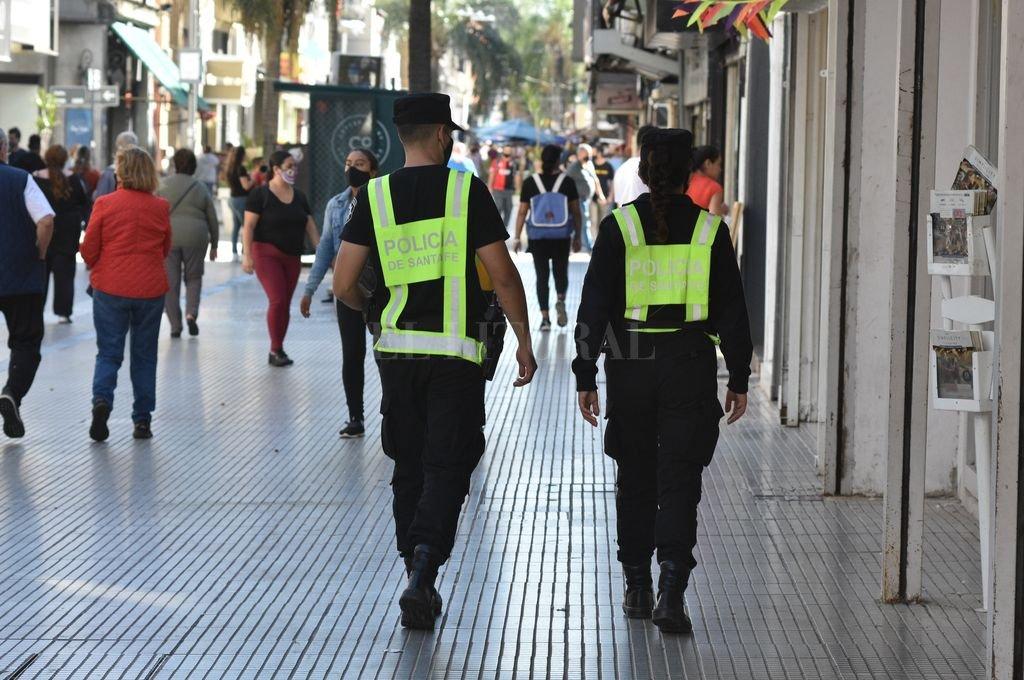 Patrullaje policial en la peatonal santafesina. Crédito: Guillermo Di Salvatore