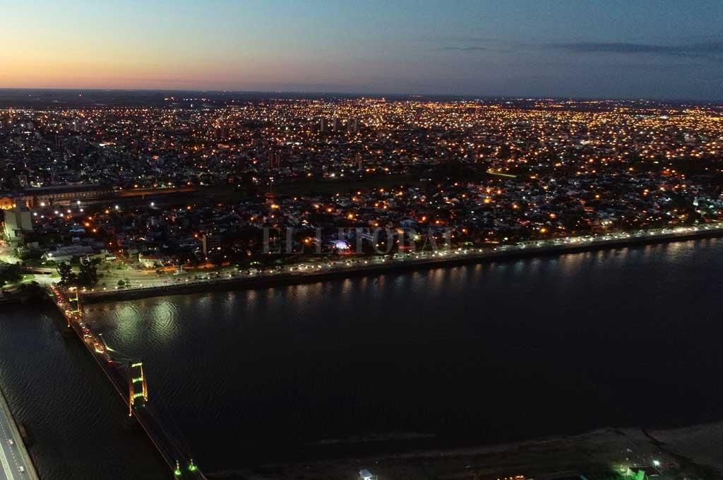 Imagen aérea nocturna del barrio lindante a la Costanera. Crédito: Fernando Nicola (Drone)