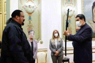 Steven Seagal visitó Venezuela y le regaló una espada samurái a Nicolás Maduro