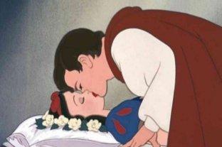 """Piden prohibir el beso del príncipe a Blancanieves: afirman que """"no fue consensuado"""" -"""