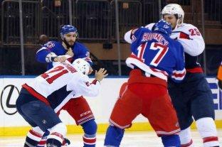 Videos: un partido de hockey sobre hielo comenzó, continuó y finalizó a las piñas