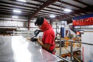 En Estados Unidos hay ocho millones de personas sin trabajo y la tasa de desempleo se acerca al 10% - Un operario instala un techo de aluminio en el taller de fabricación de remolques de carga de Look Trailers en Middlebury, Indiana, EE. UU., el 1 de abril de 2021. -