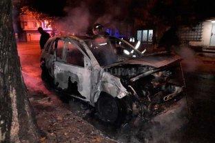 """Bombas  """"molotov""""  contra un automóvil"""