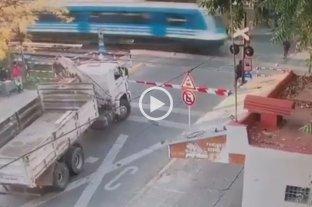 Video: cruzó las vías sin mirar y lo arrolló el tren -