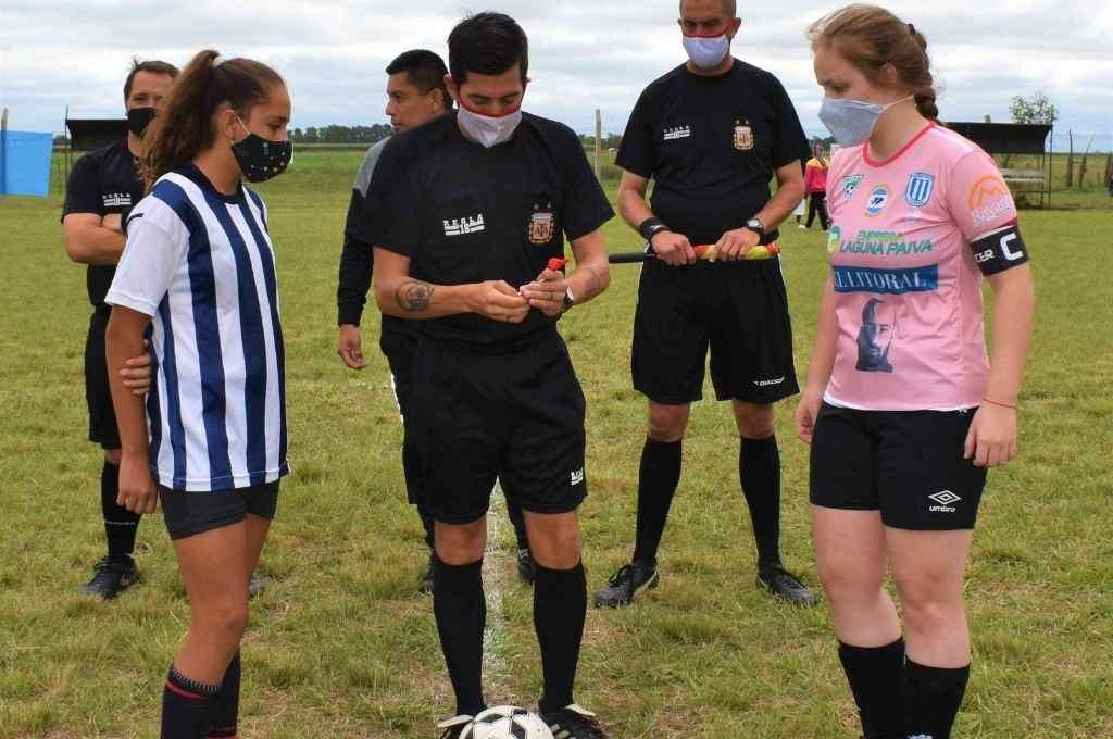 Camila Acevedo y Valentina Silvestre, en el sorteo de la final. Las chicas demuestran su jerarquía en las canchas de la Paivense.    Crédito: Gentileza Liga Paivense
