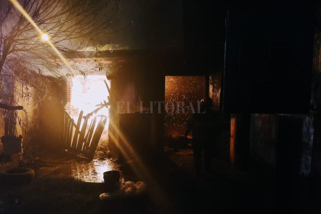 Intencional. El fuego se inició cuando arrojaron un elemento con llama a un depósito de viruta. El abundante humo se filtró por una ventana y provocó la muerte de una potranca que estaba en el box de al lado. Crédito: El Litoral