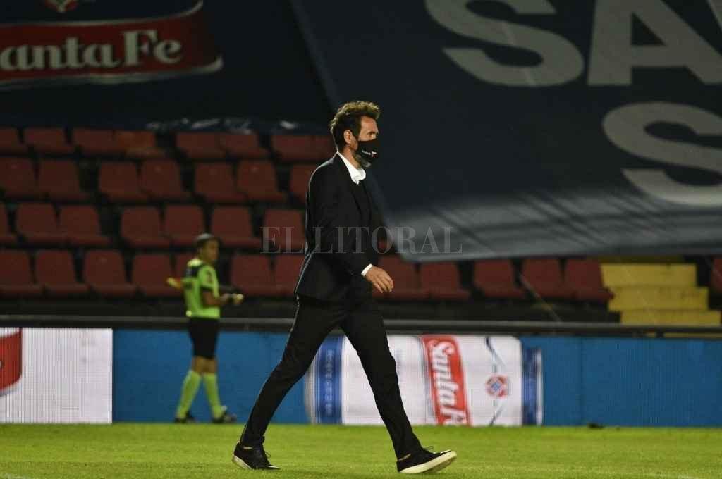 Eduardo Domínguez, conforme con el empate ante Unión, mira hacia adelante... se viene Talleres por los cuartos de final.    Crédito: Manuel Fabatía