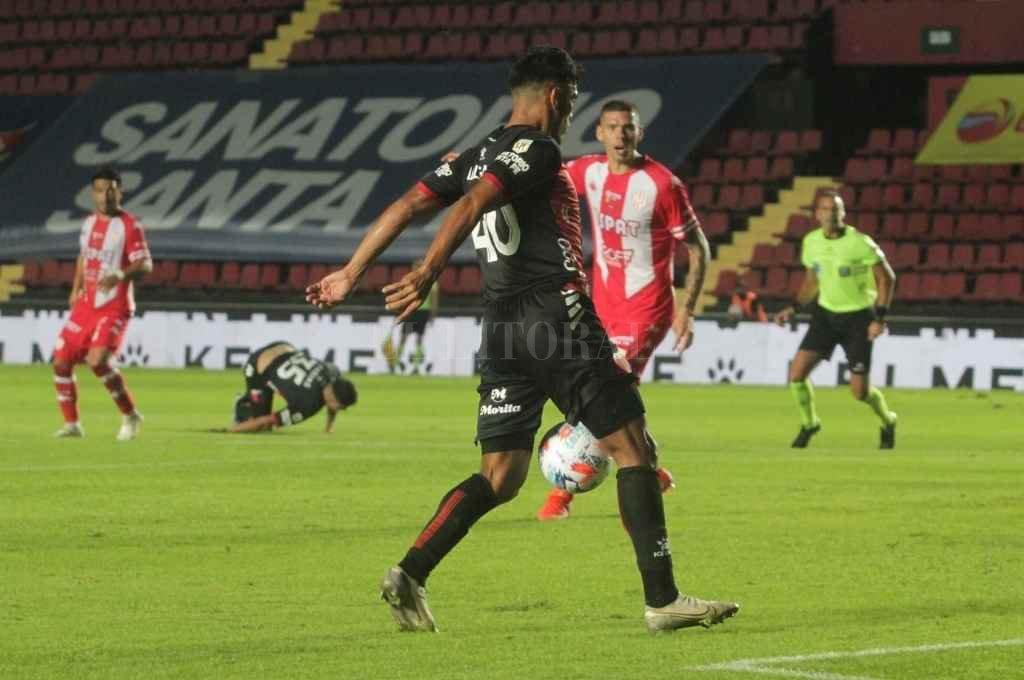 Lo prepara. La imagen muestra a Rafael Delgado acomodando la pelota para meter el zurdazo goleador; en el fondo, Farías aparece tirado en el piso luego de haber rematado al arco defectuosamente, pero su disparo le cayó al