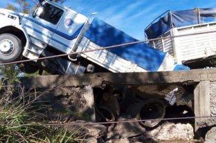 Un puente de Entre Ríos cedió y un camión quedó incrustado
