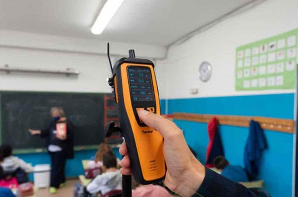 En la ciudad ya piden poner medidores de dióxido de carbono para reducir contagios   - En la foto ilustrativa, la medición de CO2 en el aula de un colegio de España. En ese país hay una fuerte campaña para que los espacios cerrados de concurrencia pública tengan estos detectores.    -