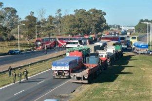 Transportistas de turismo cortan el tránsito de la autopista Santa Fe - Rosario -  -