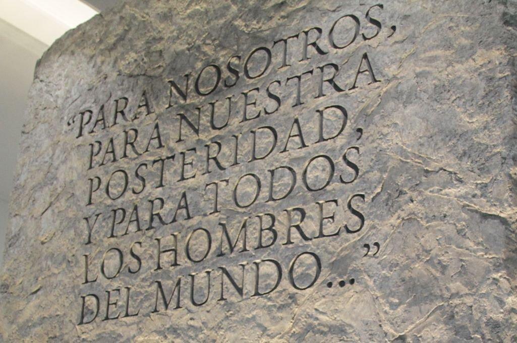 Extracto del Preámbulo de la Constitución Nacional en una escultura del Museo del Parque de la Constitución. Crédito: Pablo Aguirre