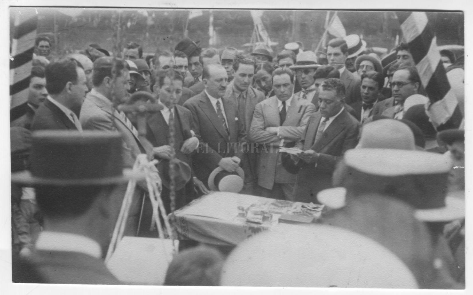 Unión (1928) colocación de la piedra fundamental de la actual cancha de Bulevar Pellegrini y San Lorenzo. El Dr Luis Ramírez leyendo el discurso.  Crédito: Archivo El Litoral