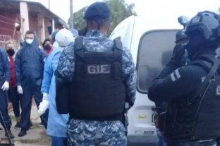 La policía se llevó a la fuerza a un hombre con COVID-19 que hacía la cuarentena en su casa