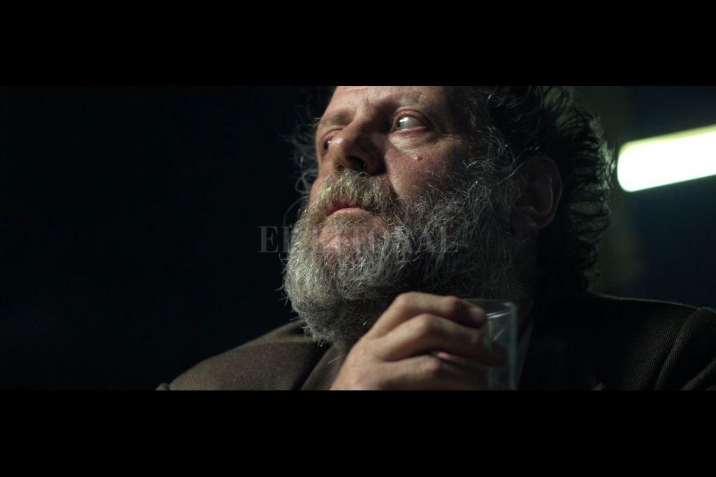 """El actor Luis Luque encarna al protagonista de """"Bigli"""", un hombre sumido en el alcohol a quién le aparece una razón para seguir en pie. Crédito: Realicó / Cinetrén"""