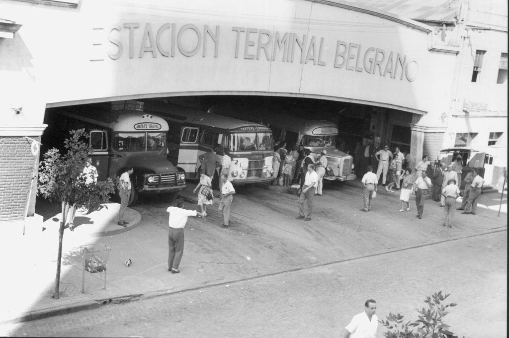 La antigua Terminal de Ómnibus Gral. Manuel Belgrano en calle Mendoza entre 25 de Mayo y 27 de Febrero en el año 1962. Crédito: Archivo El Litoral