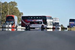 La provincia oficializó la ayuda económica para las empresas de transporte turístico - El reclamo incluyó un corte en la autopista Rosario-Santa Fe en su intersección con la Autovía 19. -